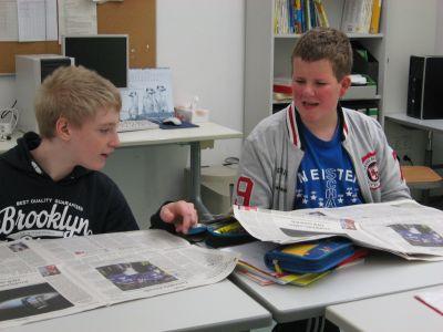 Schüler arbeiten an ihrem Zeitungsprojekt