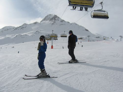 ...und auf Ski wieder hinunter!