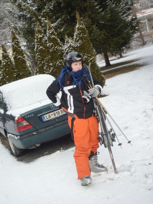 Carvingski, Skischuhe und Helm - Die nötige Ausrüstung wird im Fachgeschäft ausgeliehen