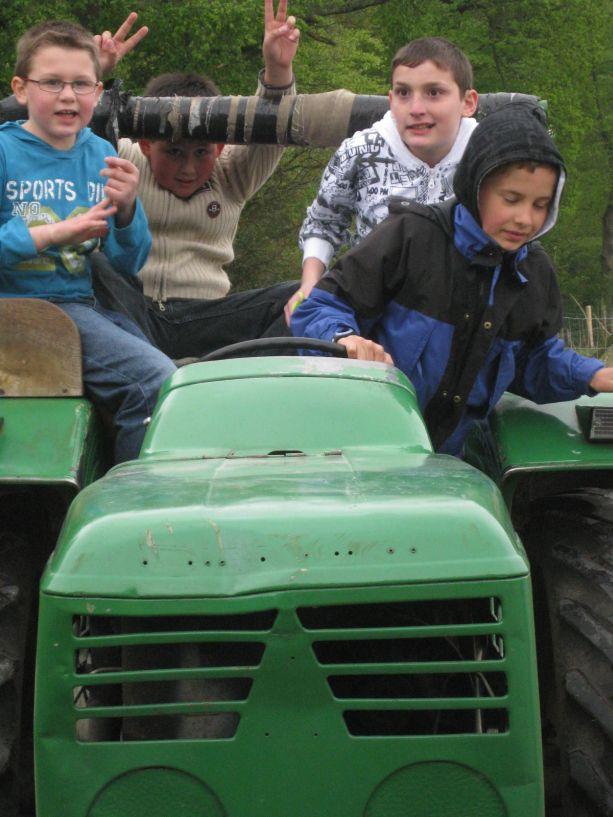 Wir sind mit dem Traktor gefahren. Das hat Spaß gemacht!