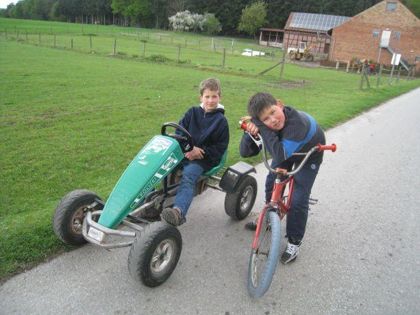 Jannik und Timur rufen: WOW, das sind aber geile Fahrrder und Autos!
