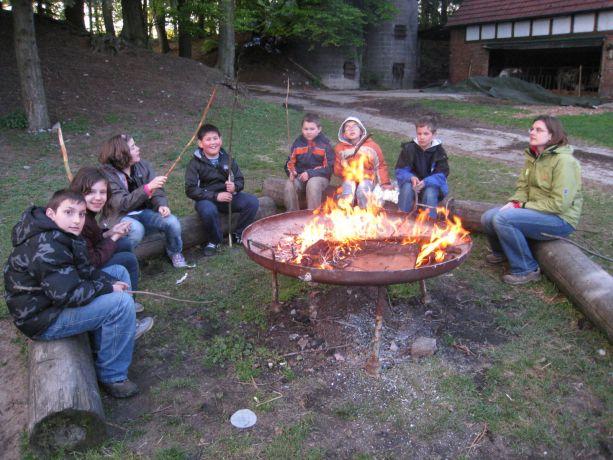 Wir haben ein Lagerfeuer gemacht und Muhammed hat für alle Kinder Marshmellows mitgebracht. Die haben wir im Feuer gebraten und dann gegessen. Sehr lecker!
