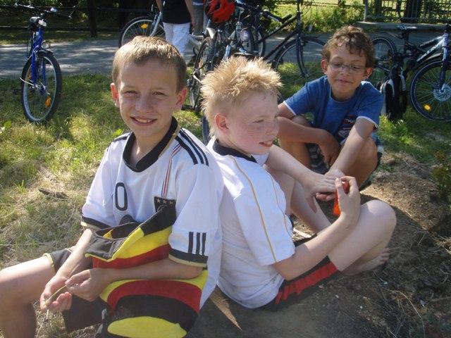 Kinder sitzen im Gras