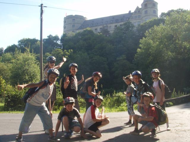 Kinder vor der Burg