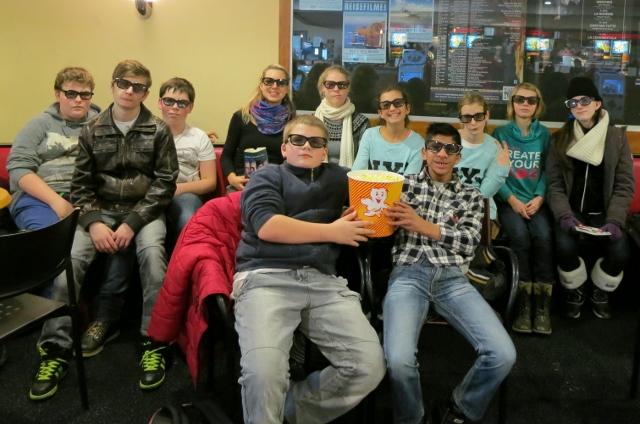 Schüler mit 3D-Brillen im Kino