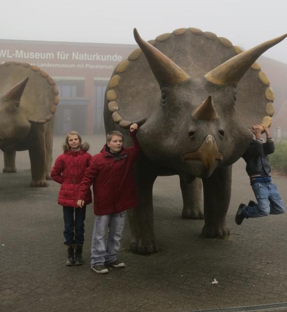 Schüler vor Dinosaurierskulpturen