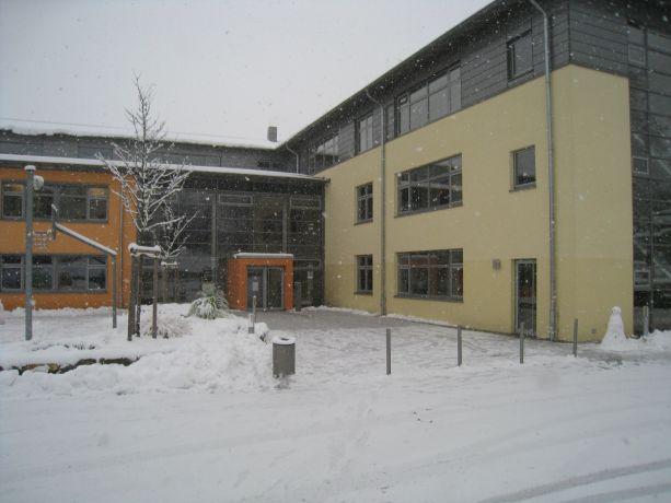 Die verschneite Schule am 24.11.2008