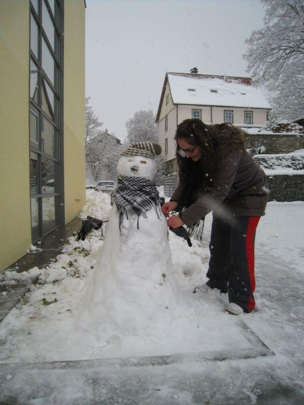 Der Schneemann von Klasse 9 erhält noch warme Winterkleidung.