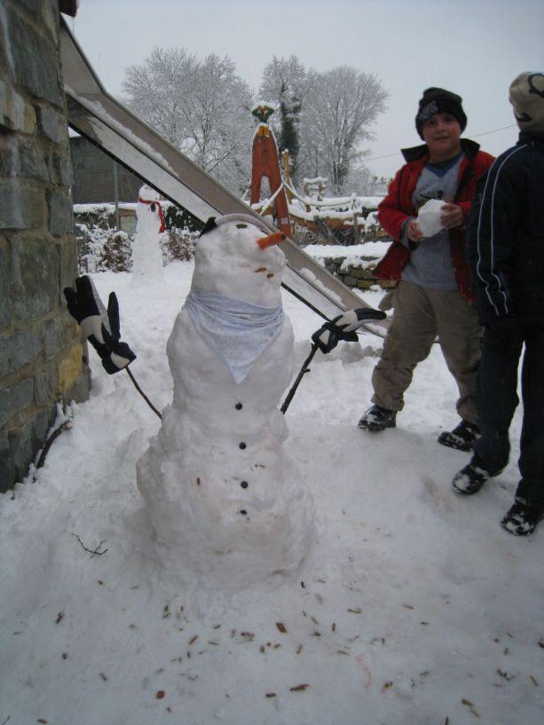 Dieser Schneemann scheint gerade ein Lied zu pfeifen.