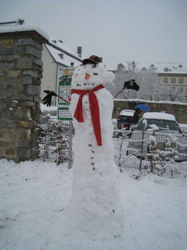 Dieser Schneemann aus Klasse 6/7 ist besonders groß und braucht deshalb viele Mantelknöpfe.