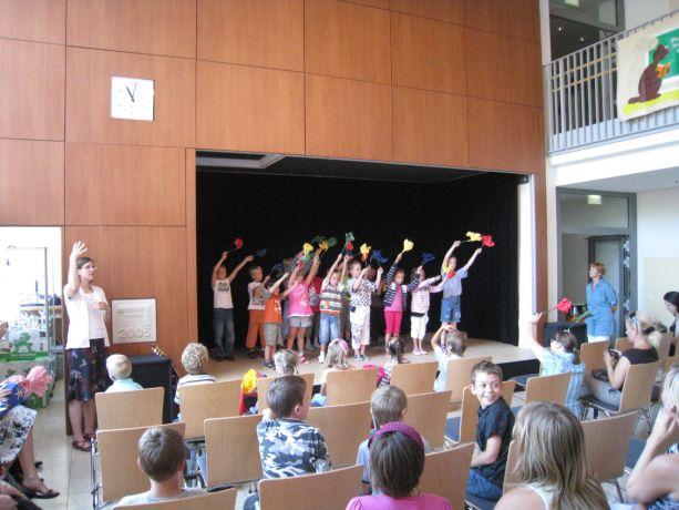 Schüler der Klasse 1 führen einen perfekt einstudierten Tanz vor.