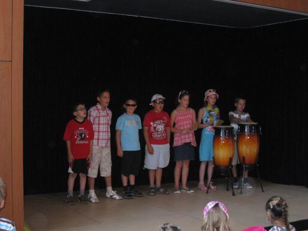 Die Klasse 4 leistet einen musikalischen Beitrag in sommerlicher Kleidung.