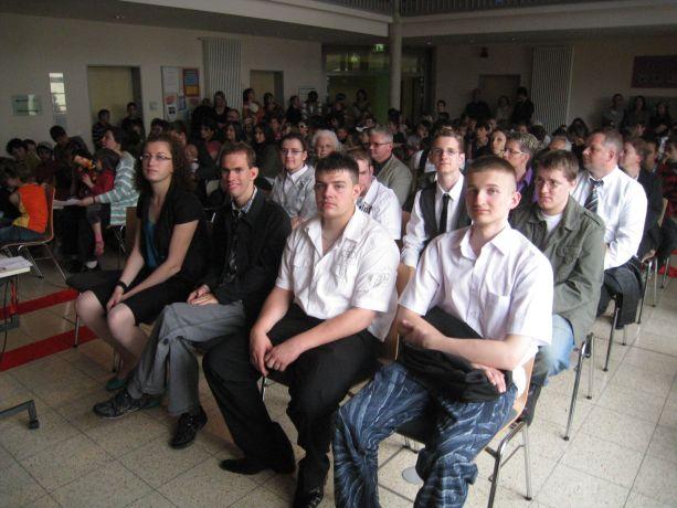 In den vordersten Reihen verfolgen die Abschlussschüler das Programm.