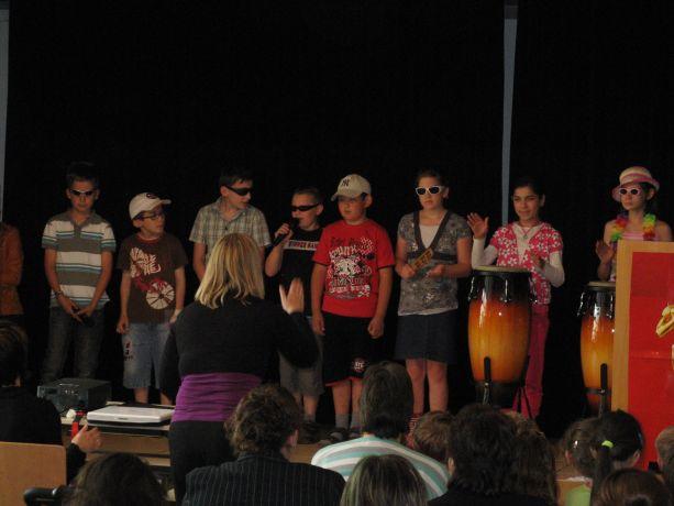 In cooler Kostümierung und von Trommeln begleitet trägt die Klasse 3 ihr Stück vor.