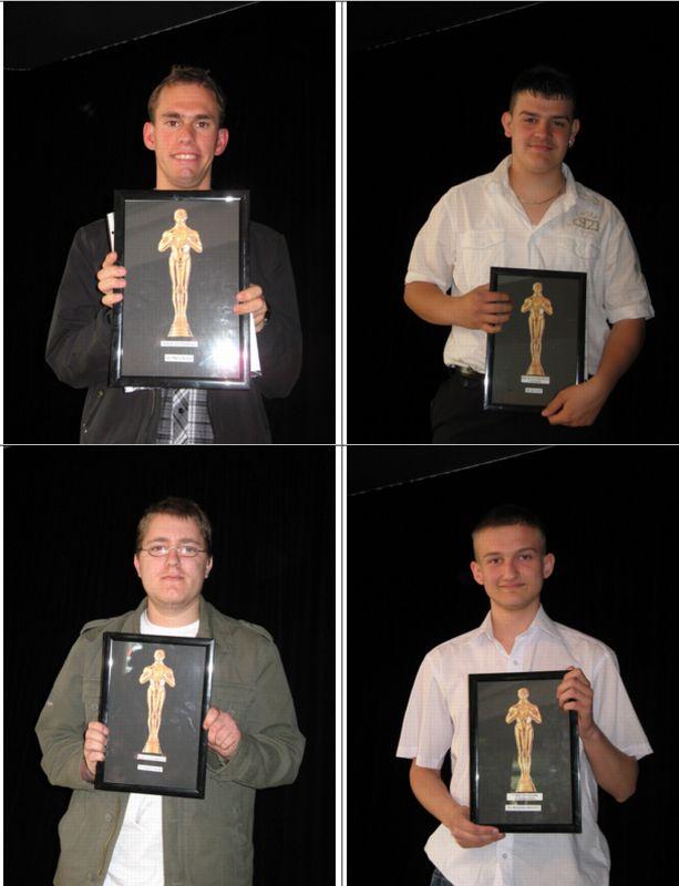 Stolz präsentieren die jungen Männer und Frauen ihre Trophäe.
