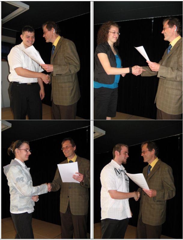 Freudestrahlend nehmen die Schüler ihre Abschlusszeugnisse entgegen..