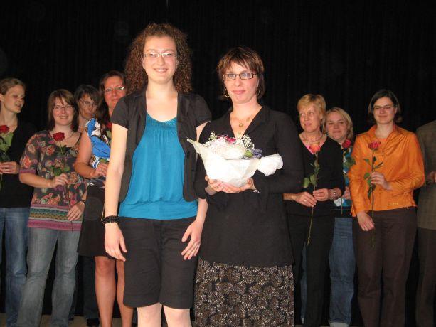 Die Klassenlehrerin bekommt von ihren Schülern ein Präsent und alle anderen Lehrer ein Rose.