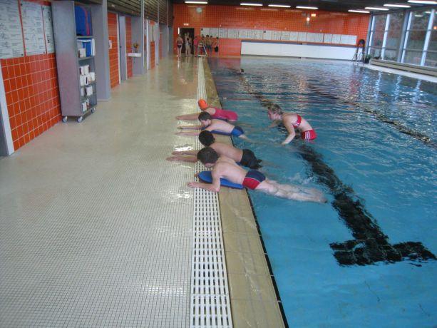 Üben des Brustbeinschlags in der Nichtschwimmergruppe