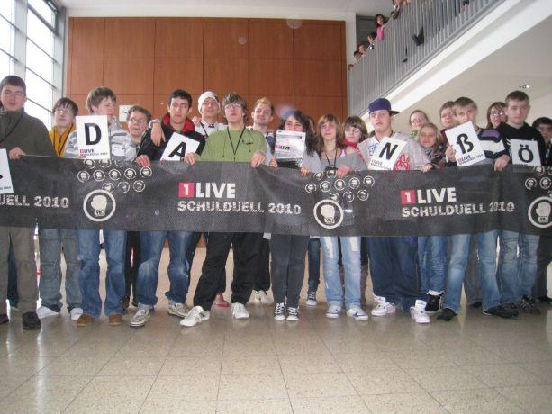 Das Abschlussfoto mit dem 1LIVE-Banner vom Schulduell 2010.