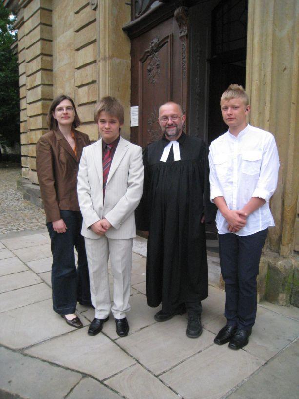 Zwei junge Männer - Alfred und Malte - werden von Pfarrer Reuter zur Konfirmanden begleitet.