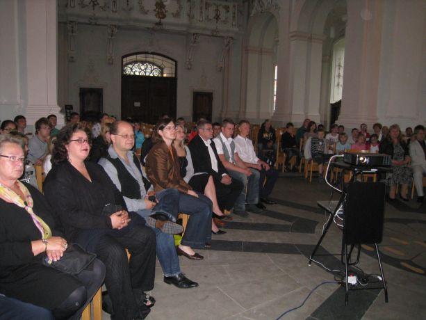 Die Kirche ist schon mit den Angehörigen und Schülern gut gefüllt.