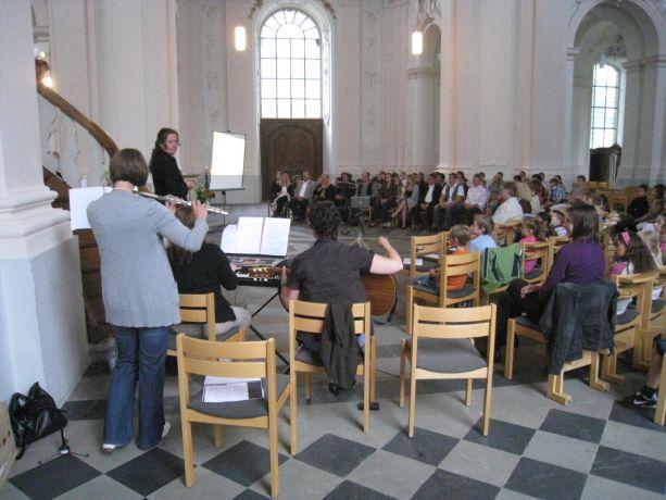 Der Gottesdienst wird von Lehrerinnen und Lehrern musikalisch begleitet.