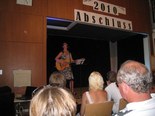 Frau Happ singt auf Wunsch der Schüler ein trauriges irisches Abschiedslied.