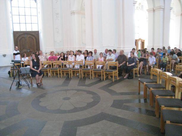 Am Beginn steht der Gottesdienst. Eltern, Angehörige und Schüler füllen die Kirche.