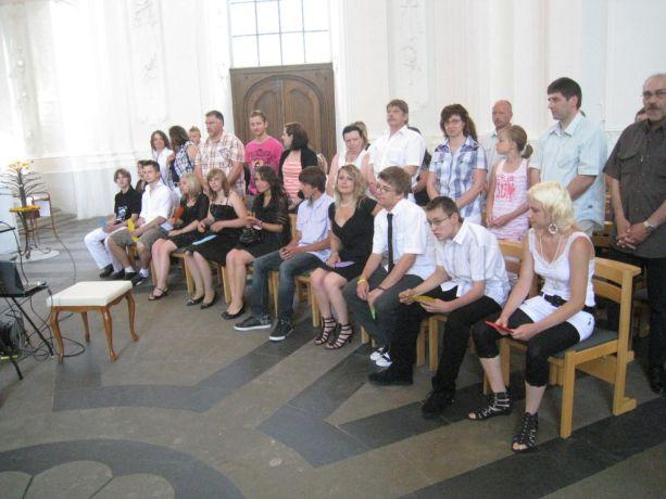 Die Schüler nehmen zu Beginn des Gottesdienste ihre Plätz ein.