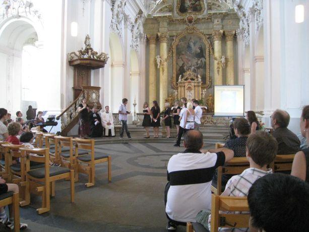 Gemeinsam gestalten evangelischer und katholischer Priester den ökumenischen Gottesdienst.