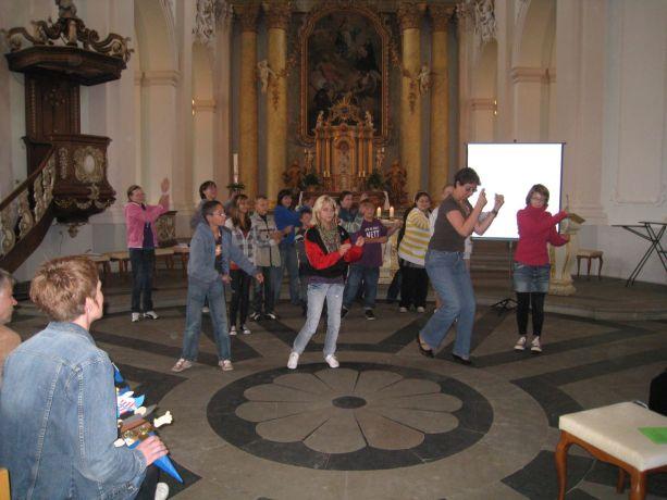 Schüler der Hauptschulstufe tanzen für die kleinen Neueinsteiger.