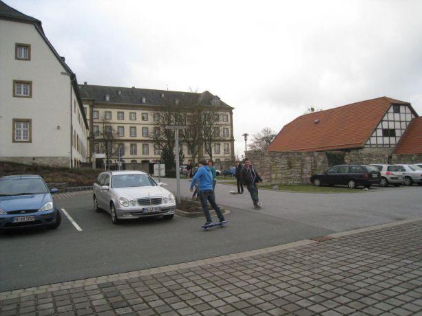 Die Schüler trainieren selbst auf dem Skateboard.