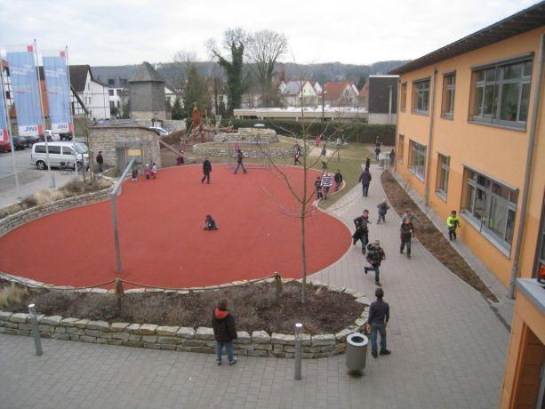 Manche Lösungen finden sich draußen auf dem Schulhof.