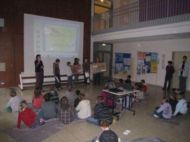 Jede Gruppe stellt ihre Arbeit in Wort und Bild vor.