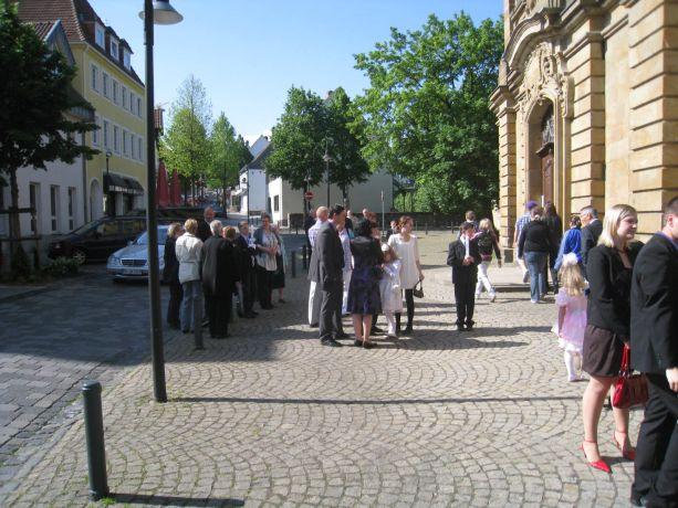 Vor der Feier haben sich schon viele Verwandte und Angehörige vor der Kirche versammelt.
