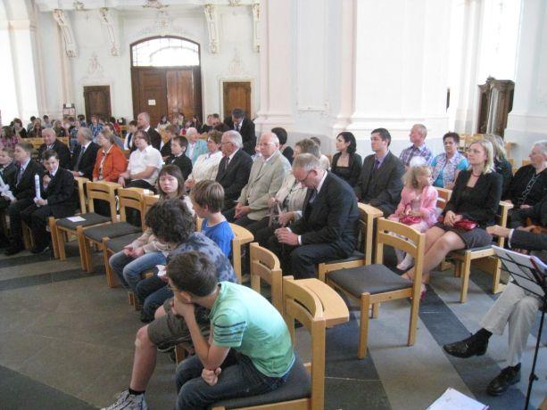 Die Jesuitenkirche ist voll besetzt. Eltern, Angehörige und Schulgemeinde wollen die Kommunionkinder begleiten.
