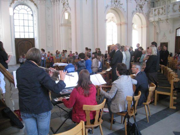 Gemeinsam werden bekannte Lieder gesungen und mit Instrumenten begleitet.