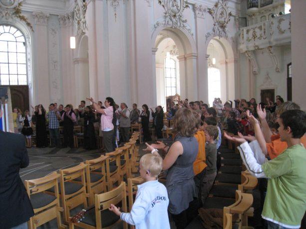 Alle zusammen singen ein Gebärdenlied.