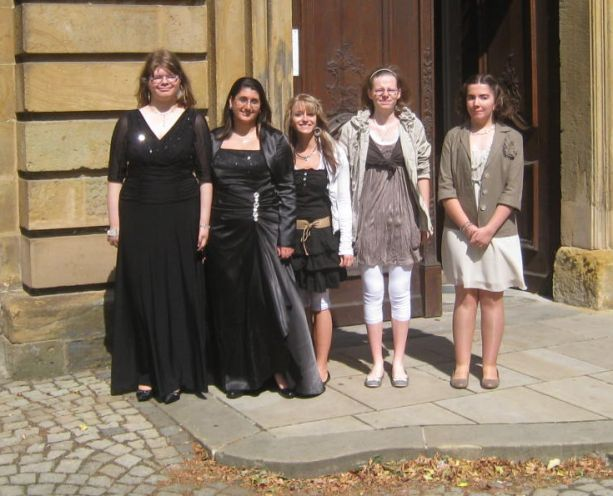 Die jungen Frauen der Abschlussklasse präsentieren stolz ihre ausgesuchte Garderobe.