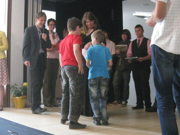 Jüngere Schüler bedanken sich bei Melanie für ihre guten Dienste als Streitschlichterin.