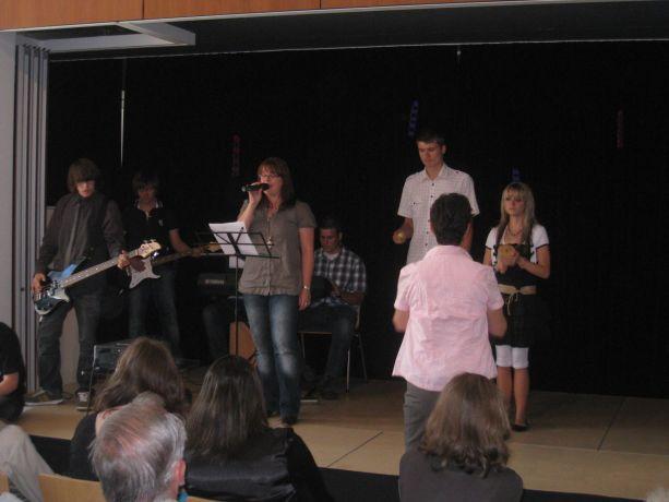 Frau Nückel singt ein Abschlusslied unter Begleitung der Schülerband.