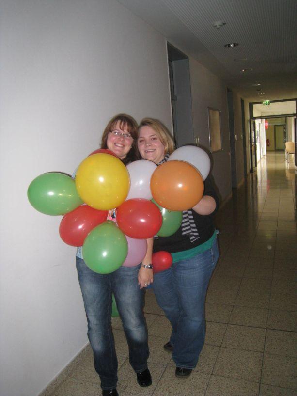 Zu den Vorbereitungen gehörte auch das Aufblasen von Luftballons, das diesen beiden Kolleginnen sichtlich Freude bereitet hat.