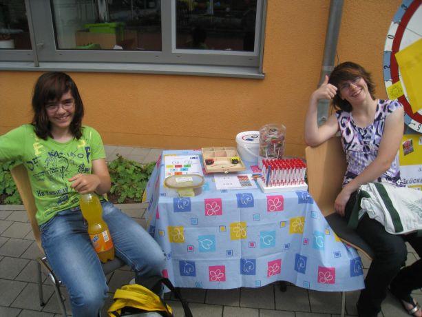 Diese beiden Schülerinnen erwarteten kleine Künstler an ihrem Stand.