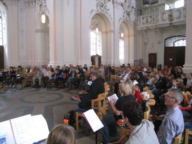 Die Kirche ist gut gefüllt mit kleinen und großen Schülern, Eltern und Angehörigen.