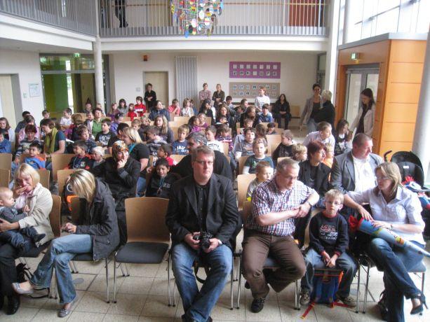 Im Forum der Schule warten alle gespannt auf das, was jetzt kommt.