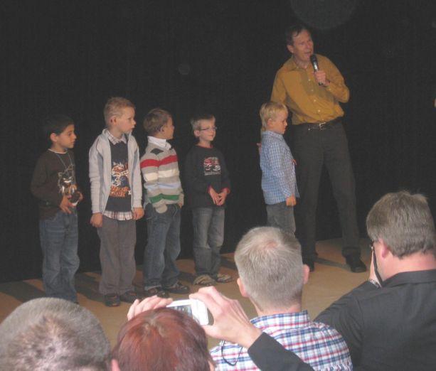 Der Schulleiter stellt alle neuen Schüler auf der Bühne vor.