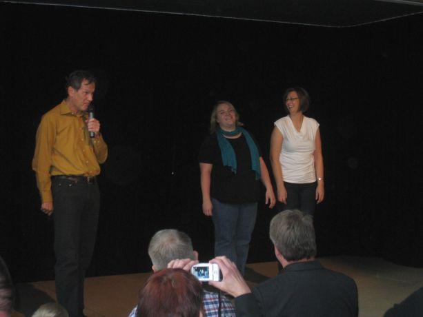 Auch die Lehrerinnen der Klasse zeigen sich auf der Bühne.
