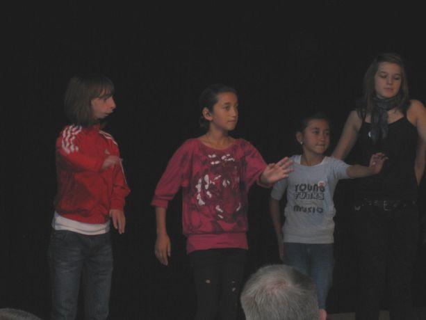 Schülerinnen aus der OGS zeigen einen Tanz, den sich selbst einstudiert haben.