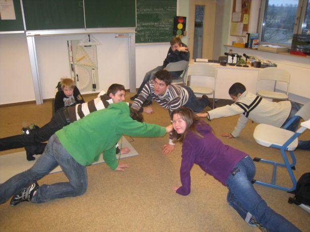 Auch mit Partnern oder mit einer Gruppe kann man gesunde Gymnastik machen.