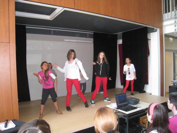 Eine selbst formierte Tanz-AG aus der OGS zeigt einen gut einstudierten Tanz.